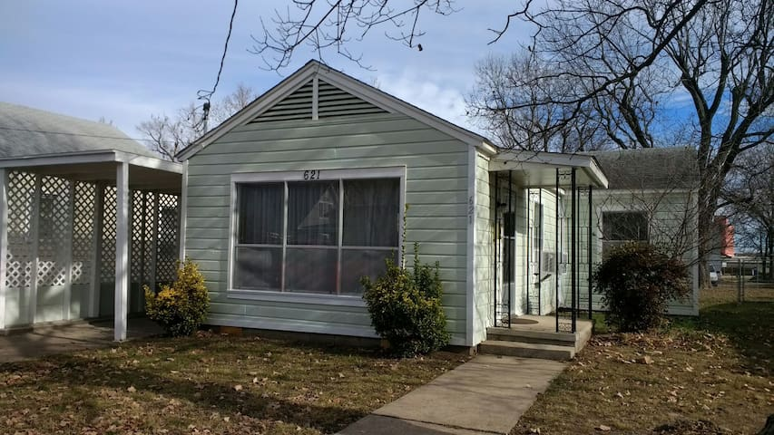 2 Bedroom Cottage in Downtown Rogers! - Rogers - Haus