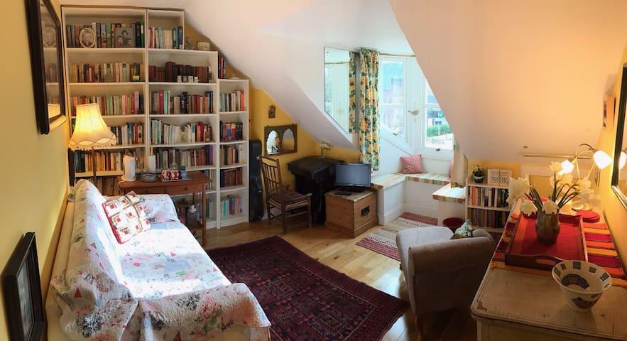 Sunny attic floor in family home - Edimburgo - Casa