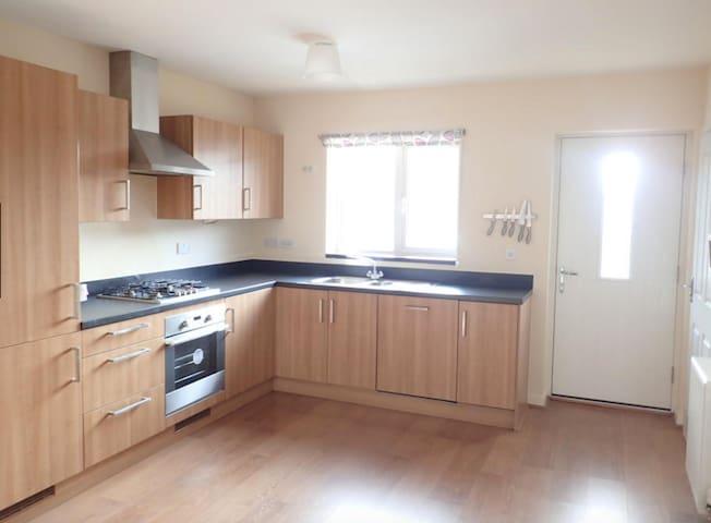 Modern fully furnished house, train 10 mins away - Stantonbury - Huis