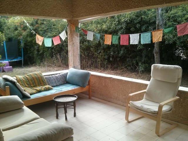 A unique old colorful house, great energy & yard - Pardes Hanna-Karkur - Huis