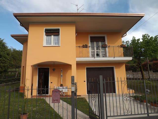 CHARMING ARTISTIC HOUSE: 10 MINUTES FROM SALO LAKE - San Giacomo - Rumah