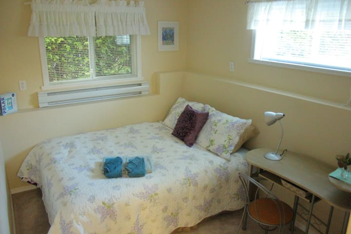 Economical stay with private living & bathroom - Nanaimo - Huis