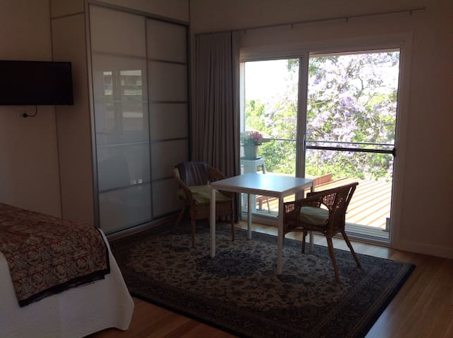 Private and peaceful upstairs retreat - Gladesville - Maison