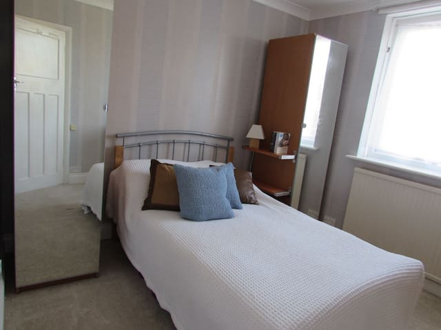 Private double room close to London - Caterham