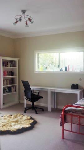Comfy Room in Quiet House - Beecroft - Casa