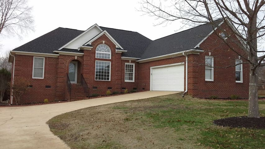 Private Room in Charming Brick Home - Greer - Casa