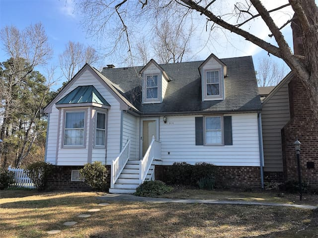 Entire town home w/ 1bd/1ba close to I95 & 64 - Rocky Mount - Stadswoning