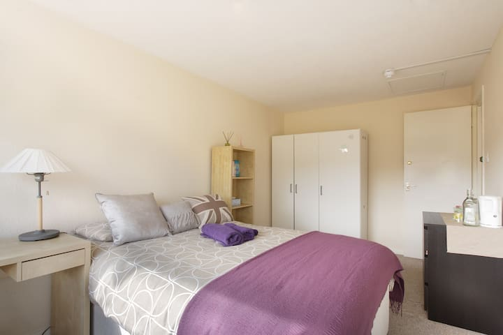 Big Double room 5 mins to MK Center - Conniburrow - Bed & Breakfast