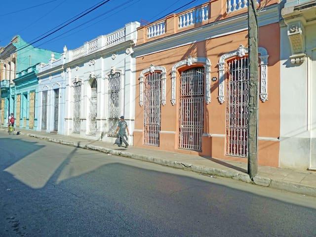 Casa El Viajero - Room 1 - Elegant Colonial Home - Camagüey