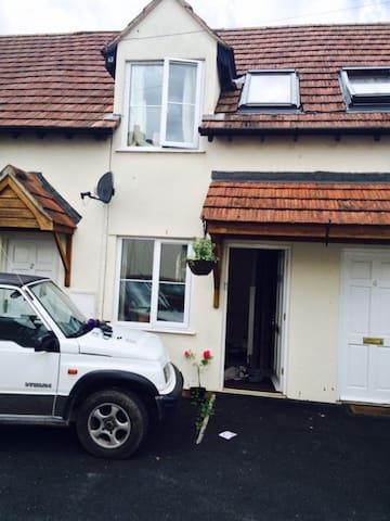 lovely little cottage , central village location - Winscombe - Maison