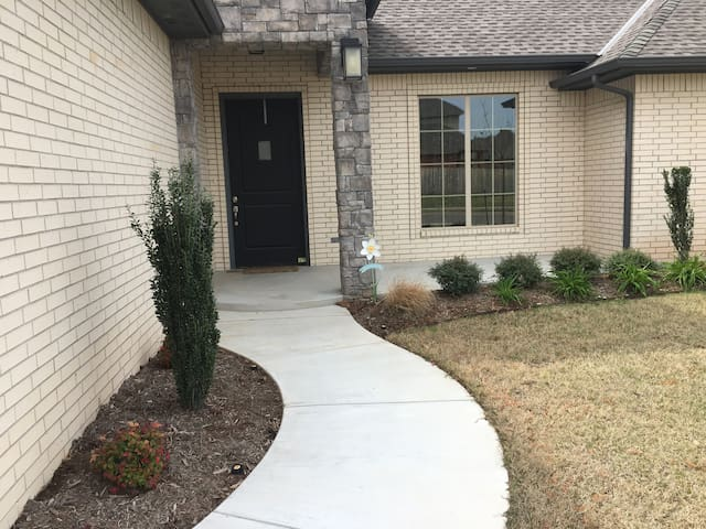 Tranquil Large Bedroom & Private Bath by Airport - Oklahoma City - Huis