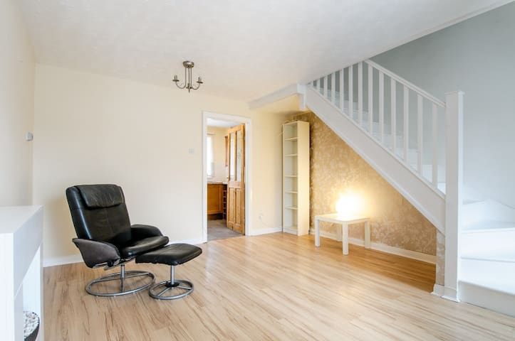 Comfortable 2 bed house close to Cardiff - Beddau - Ev