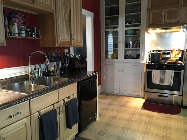 Comfortable guest room, in a quiet home. - Ottawa - Casa