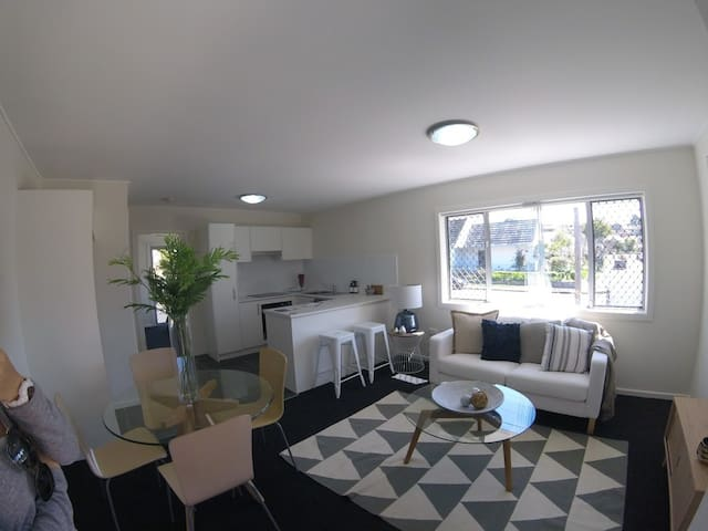 Brand new sunny BEACH unit! Modern as they come - Merewether - Departamento