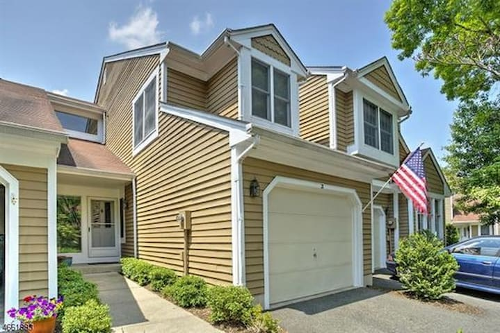 Quiet, Comfortable Townhouse - Bedminster Township - Adosado