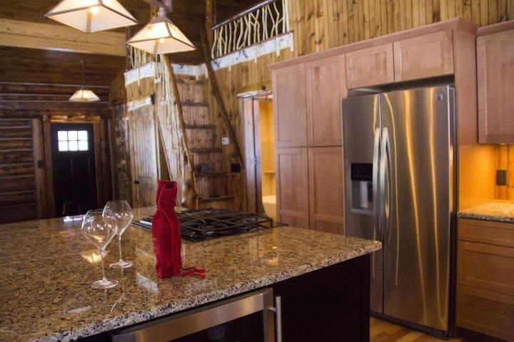 Luxe Logs - your perfect Adirondack Getaway! - North Creek - Houten huisje
