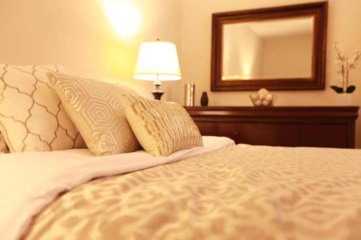 King Bed, Hotel Inspired Room, Close to Everything - Бри - Дом