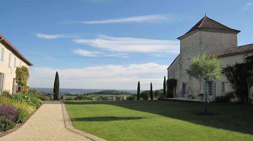 Eleanor, a 14th Tower, Dordogne, Fr - Monbazillac - Kasteel