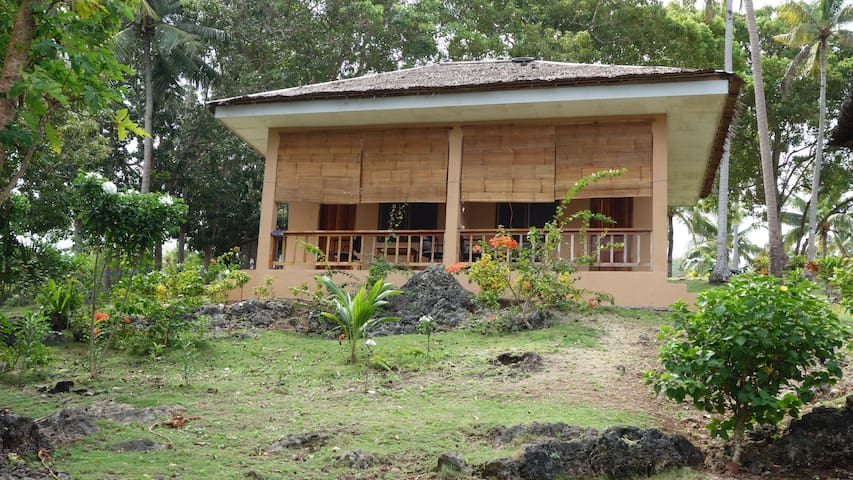 Peaceful cottage with beach-view at Flora's (no.4) - Larena