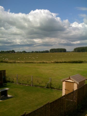 Double bedroom in modern, rural home. - Rushall - Casa
