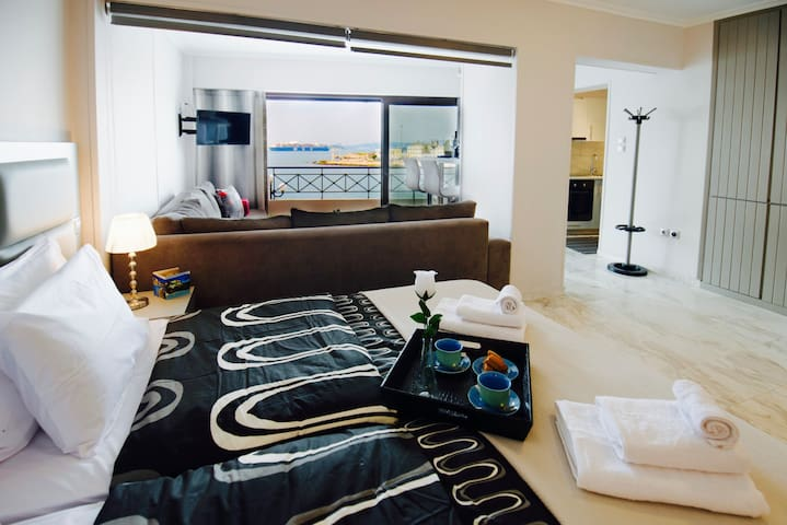 Chic, Modern Seaside Oasis in Sunny Piraeus! - Pireas - 公寓
