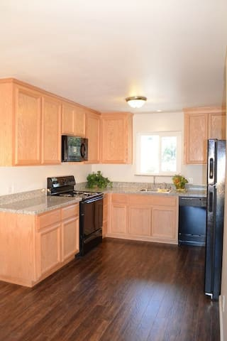 Nice and affordable luxury apartments!! - Redding