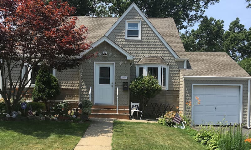 Comfortable home with yard.  20 miles to NYC!! - Belleville - Huis