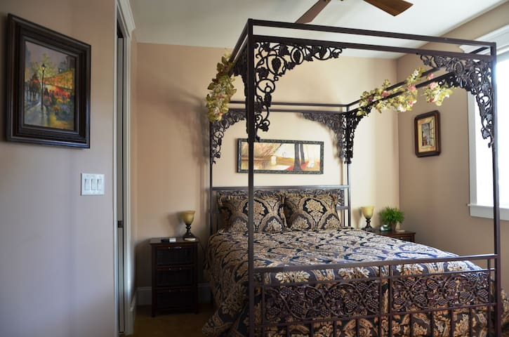 Eagle Rock Bed and Breakfast - Iron Chateau (Queen Bed) - Chemainus