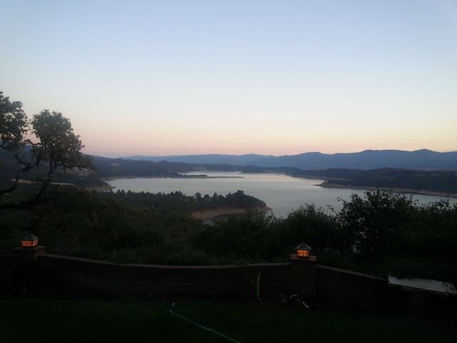 Quiet Lake View Vacation - Redwood Valley - Casa