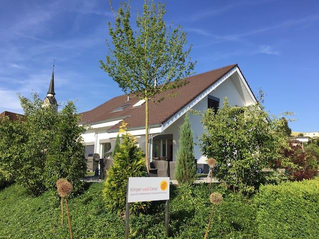 Zimmer/Bad in neuem Einfamilienhaus - Madiswil - Casa