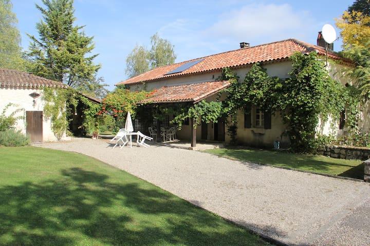 A large family home with an incredible view & pool - Tournon-d'Agenais - บ้าน