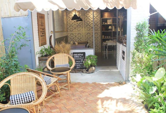 The Goose Cafe' and Hostel  - เทศบาลนครอุบลราชธานี - Asrama