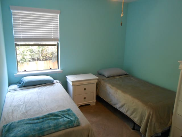 Room in quiet home, close to beaches and dining - Форт-Уолтон-Бич - Таунхаус