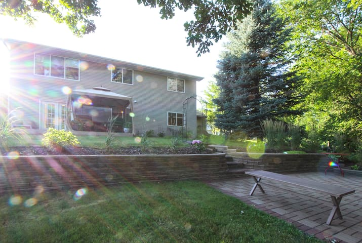 Ryder Cup retreat with quiet, beautiful yard! - Chaska - Daire