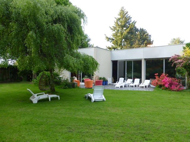Maison de campagne avec piscine intérieure . - Moyaux