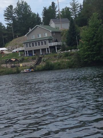 Mountain country house on a lake - Gracefield