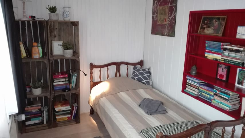 Cheap, clean room in Hulst + good breakfast - Hulst - Villa