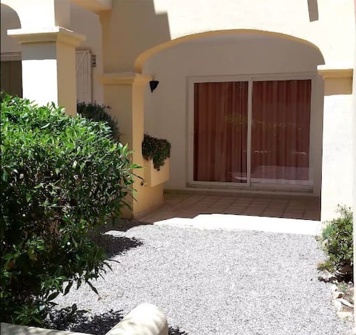 LOVELY APARTMENT WITH PRIVATE GARDEN - Cala Llenya - Huoneisto