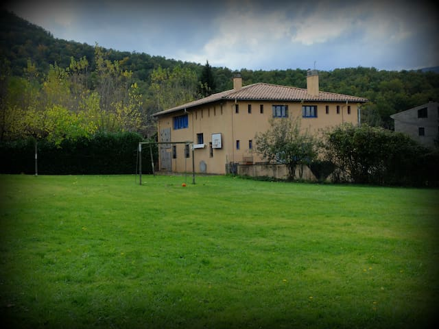 Gran casa - albergue, entre volcanes cerca de Olot - Les Preses - Huis