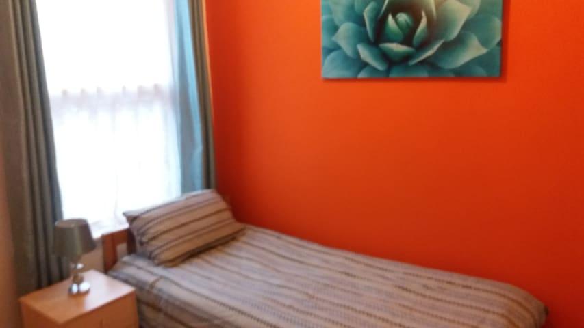 Comfy single bedroom - Wigan - Ev