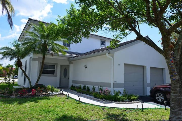 Private bedroom  in a family home! - Pembroke Pines - Rumah