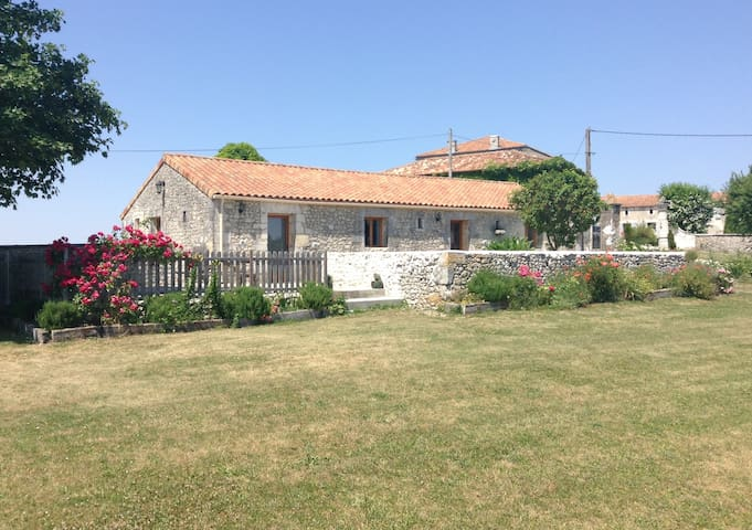 A French house set in beautiful countryside. - Bessac - Casa