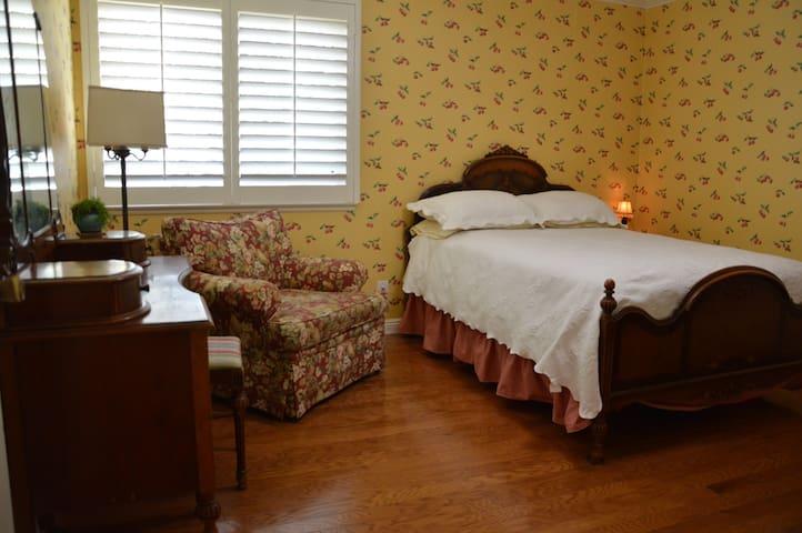 bedroom with vintage furnishings - San Dimas