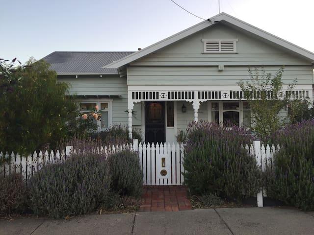 Cozy 2bd, conveniently located - Geelong - Casa
