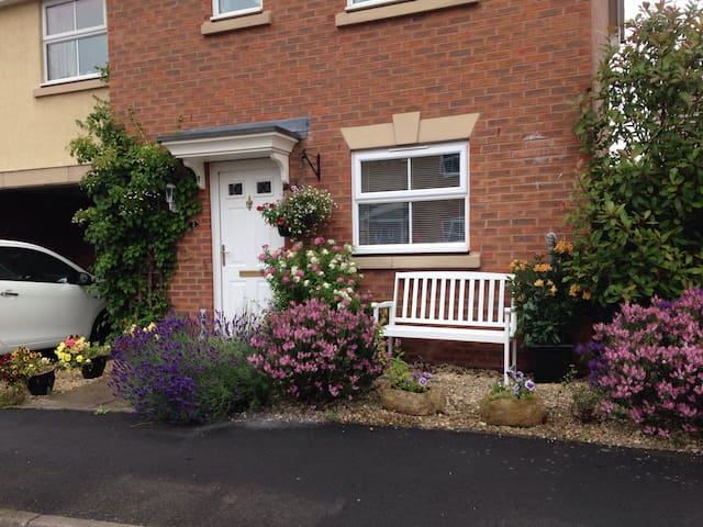 Comfortable, spacious bedroom and private bathroom - Bromsgrove - Hus