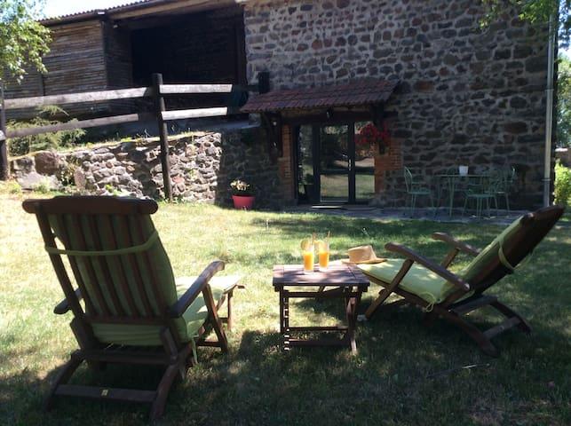 holiday cottage in rural Auvergne - Vissac-Auteyrac - Huis