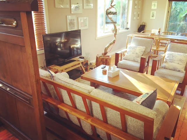 Funky, sunny beach house with SPA for a cosy stay! - Hampton East - Casa