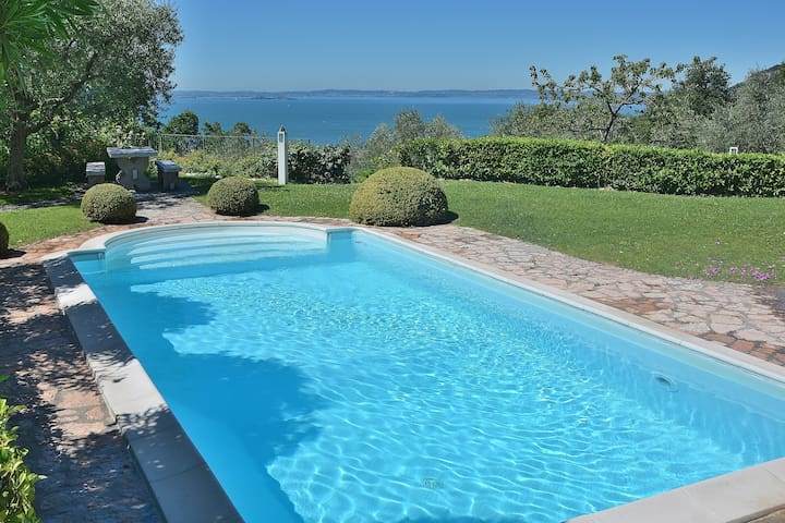 Ai pignoi 2nd Floor - 6 sleeps apartment, pool and view - Garda - Garda - Casa