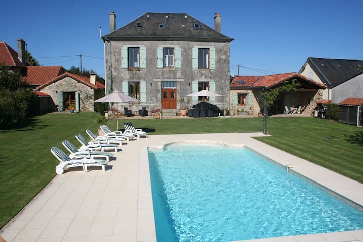 Beautiful Ancienne Mairie with pool & rural views - Bussière-Galant - Casa