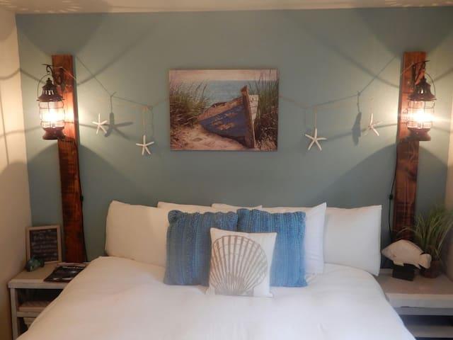 Cozy King Bed, Walk to Sandy Beaches, and Hot Tub! - Rockaway Beach - Hus